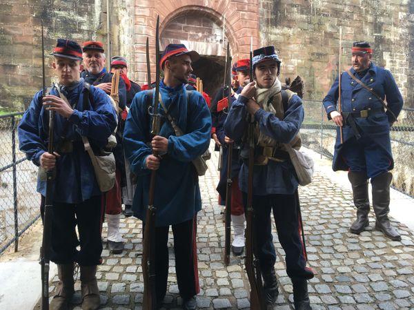 """150 ans après, les défenseurs de Belfort sont de retour à la Citadelle. En première ligne : les gardes mobiles surnommés """"moblots"""" avec leurs tenues qui pouvaient varier selon les départements"""