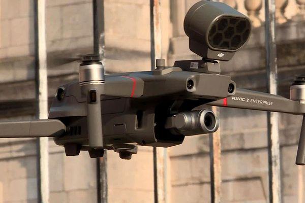 Un drone de la gendarmerie en cours de décollage devant le château de Commercy (Meuse) le 20 mars 2020. L'appareil est équipé d'un haut parleur pour délivrer des messages à la population.