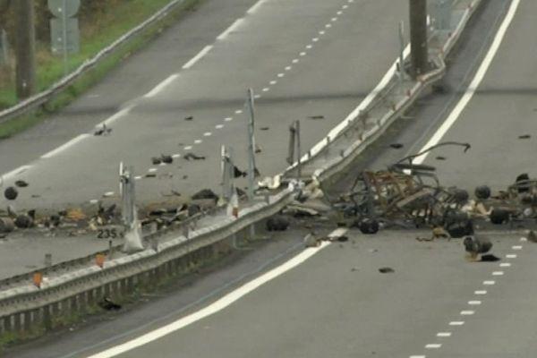 Les bouteilles de gaz et débris du camion accidenté sur l'autoroute A11