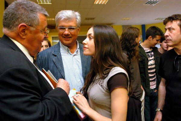 Marcel Rainaud, à gauche, en compagnie de la chanteuse carcassonnaise Olivia Ruiz, en 2007 au collège de Capendu.