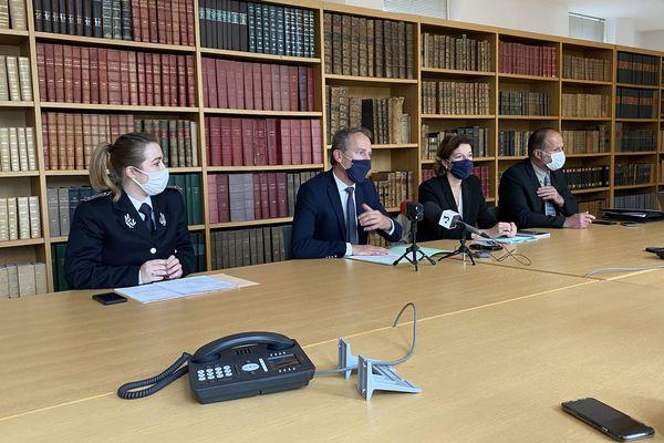Etienne Manteaux, procureur de la République de Besançon, accompagné des différents responsables de l'enquête judiciaire menée à Besançon.
