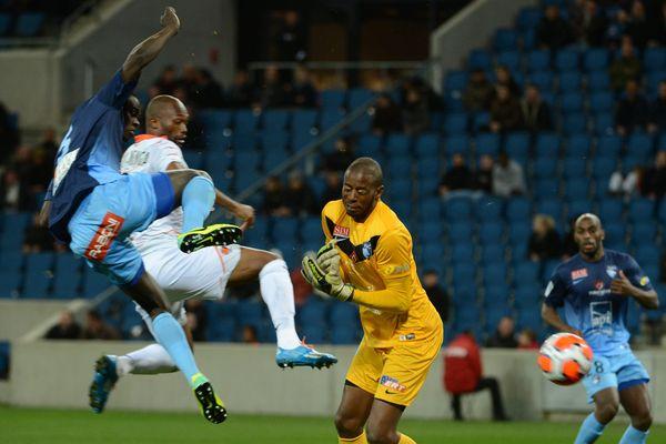 Laval marque contre Le Havre sur cette action, le défenseur havrais Zargo Touré (a gauche) trompe son propre gardien Abdoulaye Diallo