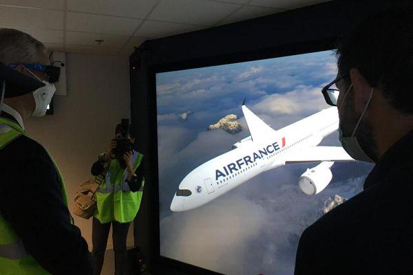 Bruno Le Maire découvre les outils virtuels utilisés par Airbus