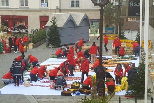 """Le 20 novembre 2018, une fresque géante faite de fruits et de légumes a été disposée sur le parvis de l'hôtel de ville de Châlons-en-Champagne. Elle représentait le logo 2018 du Téléthon, le """"V"""" de la victoire."""