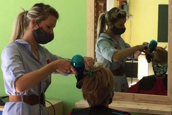 Aurore manier en pleine action ce vendredi 15 mai 2020, dans le salon de coiffure improvisé à la Maison du Temps Partagé de Tincourt Boucly.
