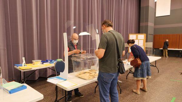 Faible affluence ce matin dans ce bureau de vote de La Chapelle d'Armentières dans le Nord