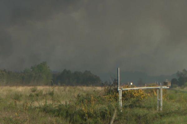 Une centaine de pompiers et une quarantaine de véhicules sont sur place pour combattre cet incendie attisé par un vent assez soutenu