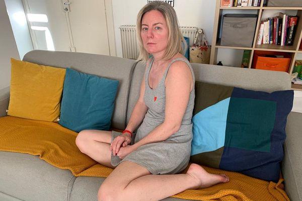 """Amélie subit des séquelles du Covid-19. """"Je vivote : je passe de mon lit à mon canapé"""""""