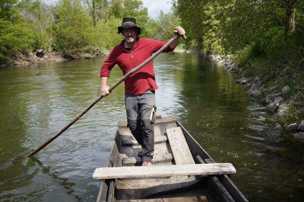 Naviguer sur l'Ill à bord d'une barque à fond plat c'est suivre les traces de nos ancêtres