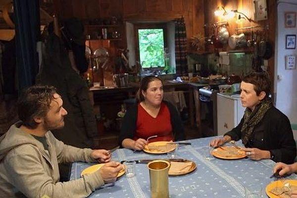 Chez Estelle et Morgan, Sophie déguste les crêpes d'Estelle, préparées avec la fameuse farine de châtaignes.