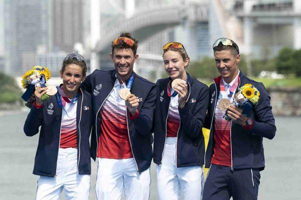 Les Français Léonie Periault, Dorian Coninx, Cassandre Beaugrand et Vincent Luis posent sur le podium lors de la cérémonie de remise des médailles après avoir participé à la compétition de triathlon en relais mixte au parc marin d'Odaiba, à Tokyo, le 31 juillet 2021 lors des Jeux Olympiques de Tokyo 2020.