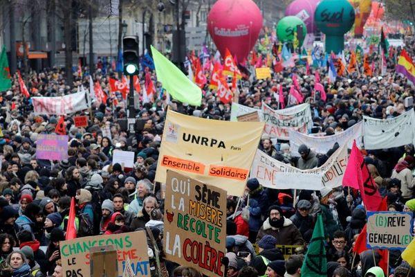 Des manifestants mobilisés contre la réforme des retraites le 5 décembre 2019 à Paris.