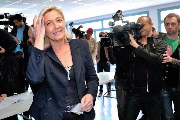 La présidente du Front national, Marine Le Pen, vote pour le second tour des élections législatives à Hénin-Beaumont (Pas-de-Calais), le 17 juin 2012.