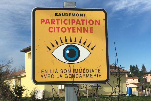 Les panneaux des voisins vigilants sont présents partout à Baudemont, pourtant personne n'a cherché à aider Valérie