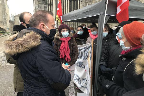 Marc Gricourt, le maire de Blois est venu apporter son soutien aux aides à domicile grévistes de l'ADMR 41.