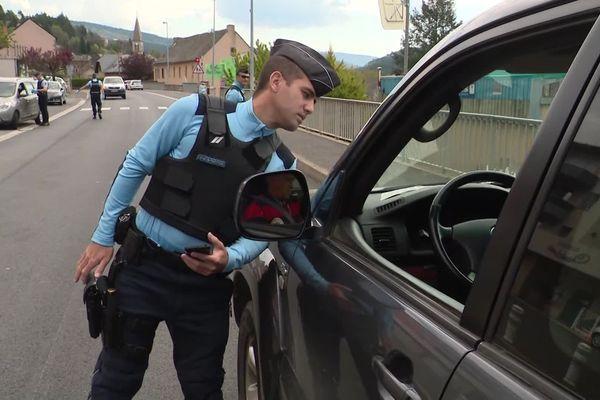 Mende - un contrôle de gendarmerie pour les attestations de déplacements - avril 2020.