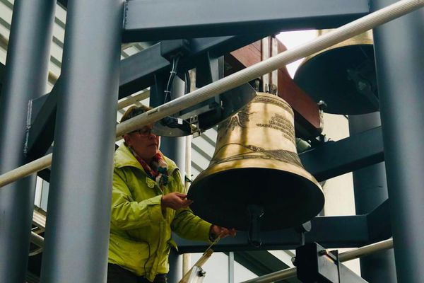 L'experte musicale venue spécialement d'Allemagne vérifie le son de chacune des 34 cloches du carillon.