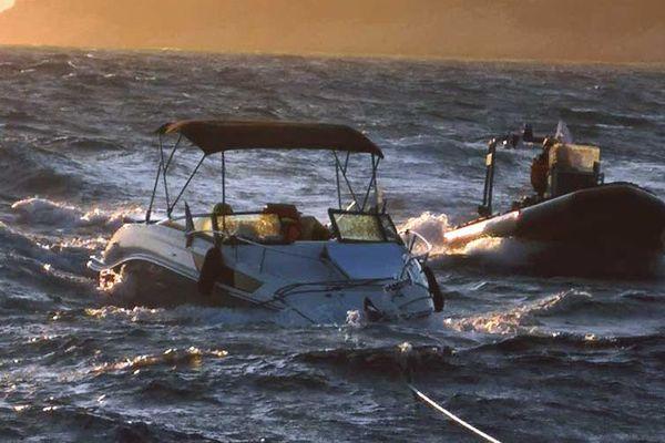 Une vedette est remorquée par la SNSM au large de la calanque de Port d'Alon (Var), le 21 juillet