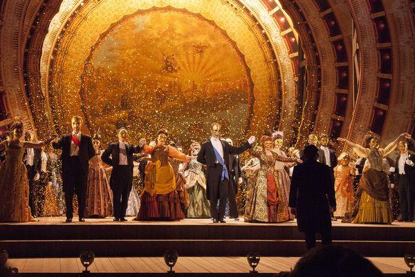 La scène du bal très éclatante servie par un décor exceptionnel