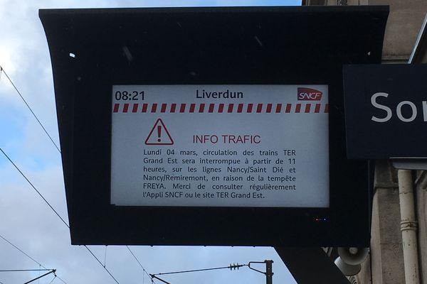 Sur le quai de la gare de Liverdun, la SNCF indique la suspension de la circulation des TER sur les lignes vosgiennes en raison des vents violents qui accompagnent la tempête Freya.
