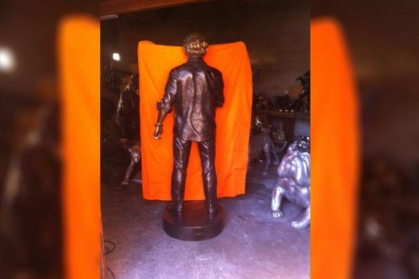 Le plus grand secret règne autour de la statue de Johnny Hallyday sculptée par Christian Maas. Elle ne sera dévoilée que le 8 décembre à Néris-les-Bains dans l'Allier.