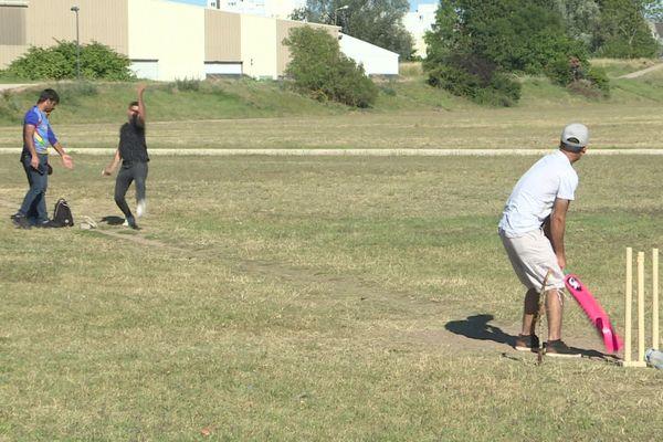 Tous les week-ends, de jeunes afghans se rassemblent à Nevers pour jouer au cricket.