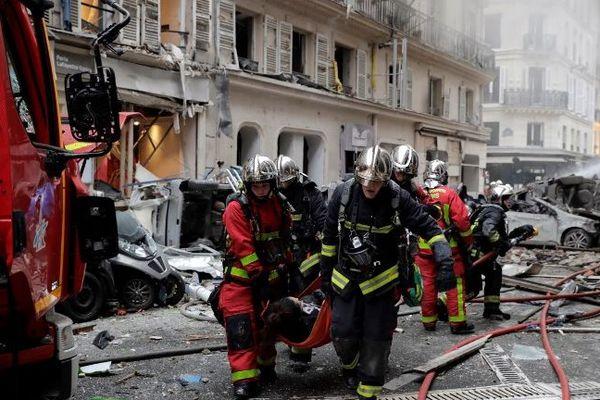 Des pompiers en intervention après l'explosion au 6 rue de Trévise, Paris IXe.