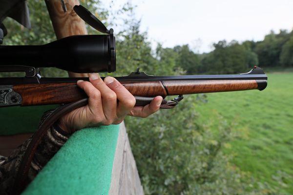 Un chasseur avec son fusil de chasse sur un mirador le 21 août 2019.