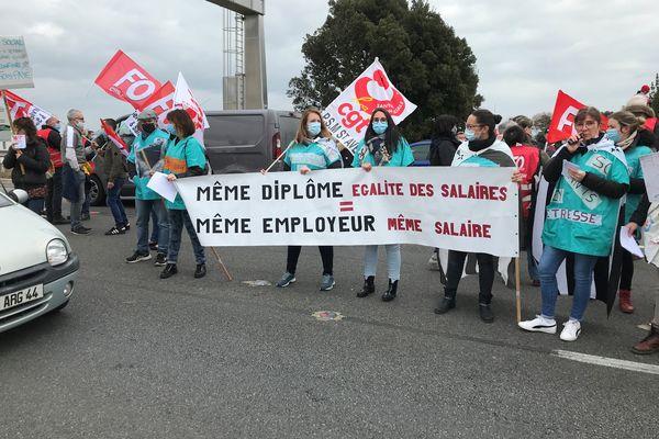 Des salariés de l'EPSM Morbihan de Saint -Avé, dans le Morbihan, mobilisés sur le pont de Saint-Nazaire, le 15 mars 2021