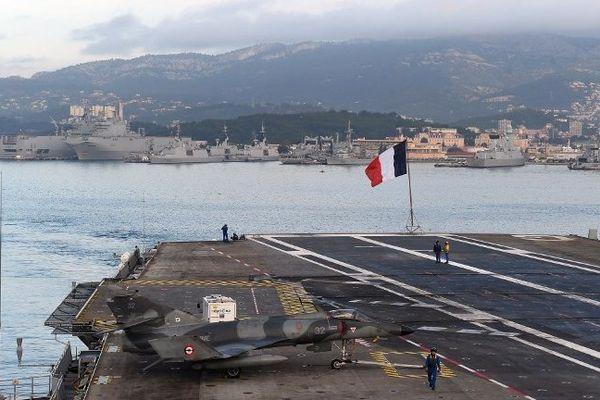 Le porte-avions Charles de Gaulle à Toulon.