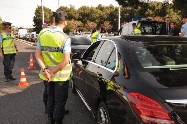 Des gendarmes contrôlent des automobilistes, avril 2015.