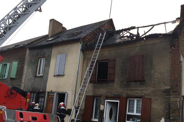 Deux pompiers ont été légèrement blessés lors de l'intervention. Un couple ainsi que trois enfants et une personne seule vont être relogés.