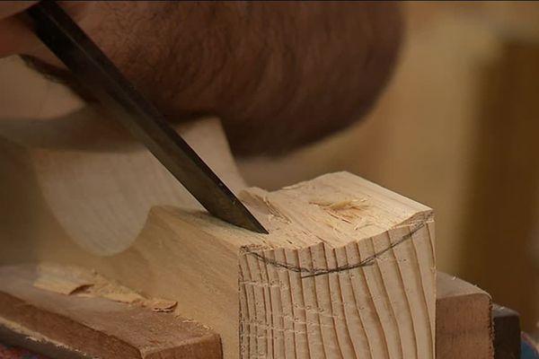 Pour fabriquer une guitare à la main, il faut compter une centaine d'heure de travail. Un instrument de ce type sera facturé au minimum 2000 euros, en France.