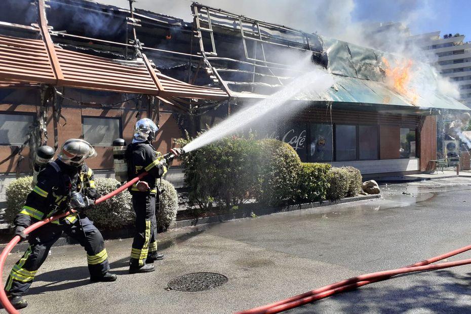 VIDEO. Un violent incendie ravage un fast-food McDonald's de Villeneuve-Loubet