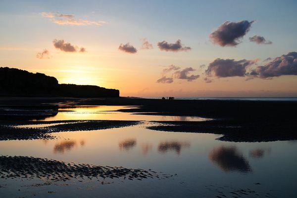 Dans le Calvados, sur Omaha Beach, coucher de soleil à Vierville-sur-Mer.