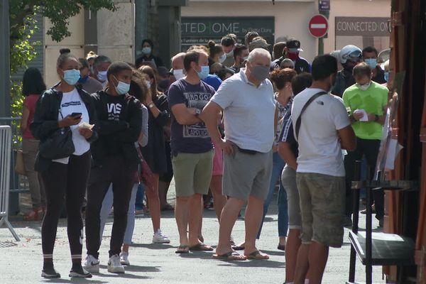 La queue pour se faire tester au drive test Covid19 de Pau dans les Pyrénées-Atlantiques