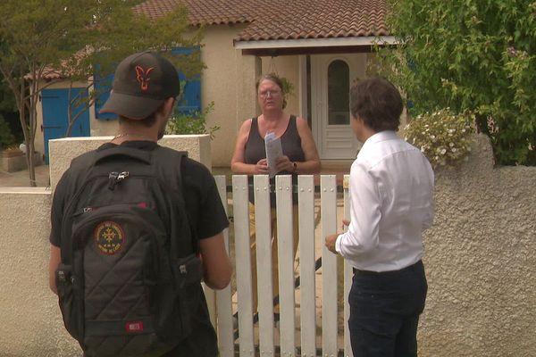 Le maire de la Redorte dans l'Aude fait du porte à porte pour prévenir les habitants de son village contre le risque inondation.