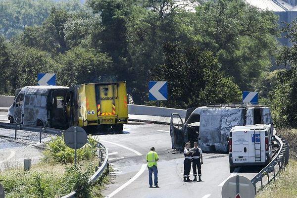 ce mercredi matin. Un transport de fonds a été braqué alors qu'il prenait la sortie de l'A43 en direction de l'aéroport Lyon Saint-Exupéry. Les braqueurs ont incendié les deux utilitaires qui ont servi à bloquer le fourgon. Le fourgon de la société Prosegur a également été incendié.