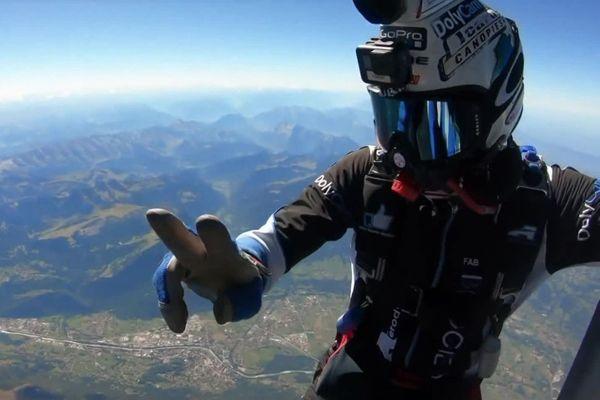 Un groupe de Haut-Savoyards a décroché un record d'Europe en sautant en parachute depuis un hélicoptère.