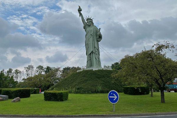 """La réplique de la statue de la Liberté qui a servi au tournage du film """"Le Cerveau"""" à Barentin (Seine-Maritime)"""