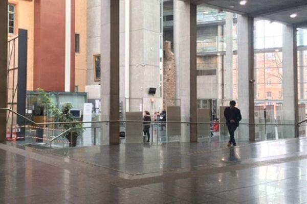 Le hall et les couloirs du palais de justice de Toulouse sont quasi déserts pour cause d'activité ralentie.
