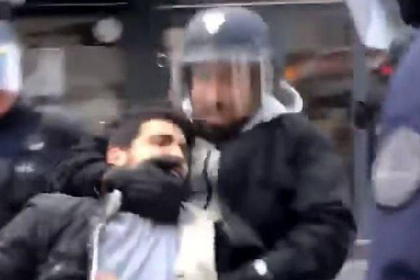 Sur la vidéo tournée par Taha Bouhafs le 1er mai 2018, on voit Alexandre Benalla attraper un manifestant par le cou