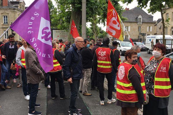 Manifestation d'une soixantaines de militants syndicaux devant le commissariat de Brive le 17 juin 2020.