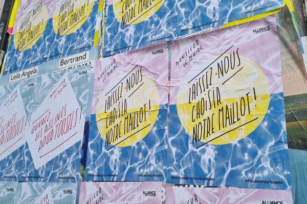 Des affiches d'Alliance citoyenne sur les murs de la piscine Jean-Bron à Grenoble le 3 juillet 2021.