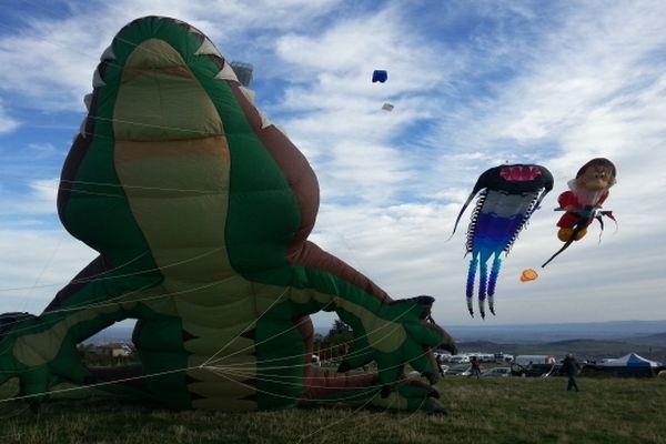 Sur le plateau de Gergovie, des monstres gonflables jouent les fils de l'air