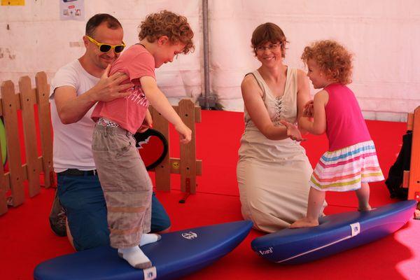 Exercice de motricité pour Bastien et Amélie, au village enfants.