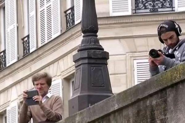 Des Parisiens curieux, ou inquiets, face à la montée de la Seine.