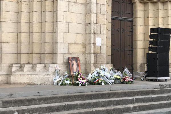 Des bouquets de fleurs ont été déposés devant l'église de Bourgoin-Jallieu.