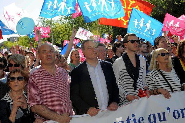 """Jean-Luc Moudenc (au centre), alors député, lors de """"la manif pour tous"""" à Toulouse le 5 mai 2013"""