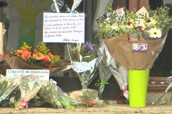 Des personnes venaient encore, ce mardi matin, se recueillir en hommage à Samuel Paty, à Conflans-Sainte-Honorine.